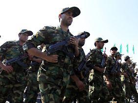 Auch Iranische Soldaten marschieren bei der Parade am Freitag auf.