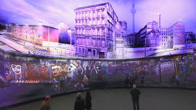 """Panorama """"Die Mauer"""" des Künstlers Yadegar Asisi am Checkpoint Charlie."""