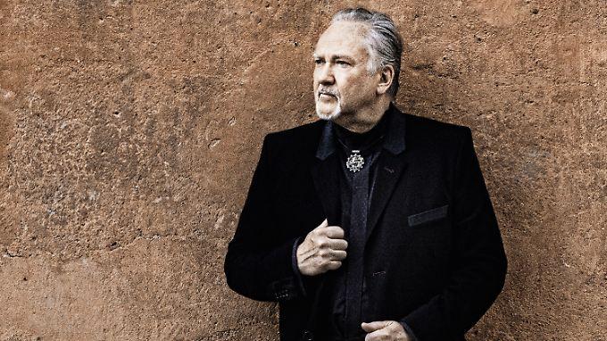 """1982 war er als """"Goldener Reiter"""" hoch auf der Leiter, 1998 spülte ihn """"Die Flut"""" in ein anderes großes Leben, 2012 bekommt er Ärger mit dem Staat: Sänger Joachim Witt."""