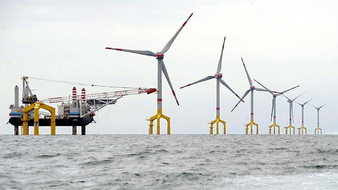 Der erste kommerzielle Offshore-Windpark in der Nordsee BARD Offshore 1 befindet sich etwa neunzig Kilometer vor der ostfriesischen Insel Borkum.
