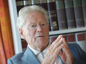 Hans Küng ist einer der bekanntesten katholischen Theologen und Kirchenkritiker. 1979 entzog ihm die Deutsche Bischofskonferenz die kirchliche Lehrbefugnis, später wurde er fakultätsunabhängiger Professor für Ökumenische Theologie an der Universität Tübingen.