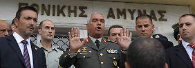 Von Werftarbeitern ausgebuht: Griechenlands ranghöchster General Mihail Kostarakos.