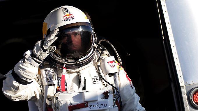 Felix Baumgarnter ist schon einmal aus sehr großer Höhe mit dem Fallschirm abgesprungen.