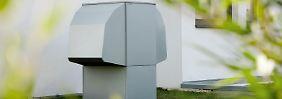 Eine Wärmepumpe braucht keinen Platz imHaus - der Kasten kann auch imGarten stehen. Foto: Bundesverband Wärmepumpe/Glen Dimplex