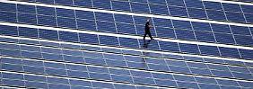 Solaranlage auf dem Dach einer Skihalle: Die Kosten für die Energiewende drohen aus dem Ruder zu laufen. Mehr Energieberatungen für Bürger sollen das abfedern.