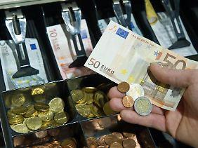 Nur bedrucktes Papier - aber zum Anfassen: Die Deutschen zahlen weiterhin am liebsten mit Bargeld.