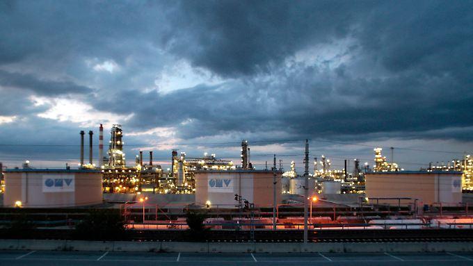 Öltanks des internationalen Öl- und Gasunternehmens OMV außerhalb von Wien.