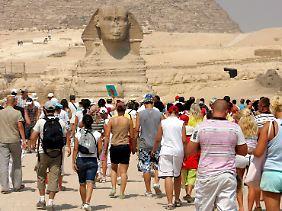 Touristen an den Pyramiden in Gizeh.