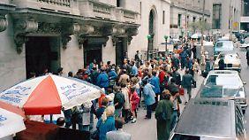 Börsen-Crash 1987: Eine lange Warteschlange vor der New York Stock Exchange. Alle wollen von der Besuchergalerie einen Blick auf die panischen Händler werfen.