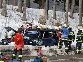 In Baden-Württemberg wurde ein Autofahrer von einem Baum erschlagen.