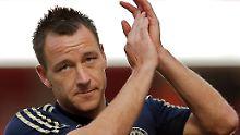 Terry soll im Premier-League-Spiel gegen den Londoner Lokalrivalen Queens Park im Oktober 2011 seinen dunkelhäutigen Gegenspieler Ferdinand rassistisch beschimpft haben.