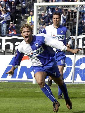 Jubel im Hertha-Trikot. Im Hintergrund Michael Preetz.