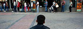 Die Schlangen der Arbeitslosen in Spanien werden länger, weil die Wirtschaftkraft schrumpft.