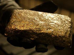 Wer es in der Hand hält, spürt sofort dieses ganz besondere Gewicht: Die Bundesbank will ihre Goldbestände nach langem Zögern prüfen - und das obwohl das international nicht den Gepflogenheit entspricht.