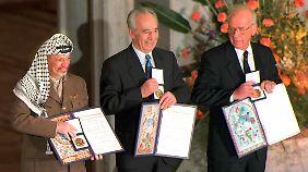 Am 10. Dezemeber 1994 erhalten PLO-Chef ARafat, der damalige isralische Außenminister Preses und Ministerpräsident Rabin den Friedensnobelpreis.