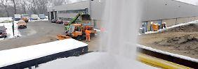 Streudienste bringen im Winter tonnenweise Salz auf die Straße. Dies kann Autoblechen zusetzen.