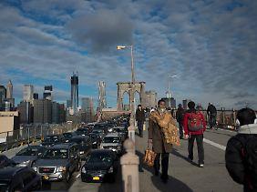 Die vorerst letzten dunklen Wolken über der Brooklyn Bridge.