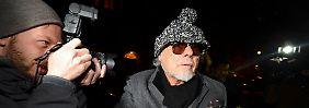 Gary Glitter wird nach seiner Festnahme am Abend wieder auf freien Fuß gesetzt - vor seinem Haus lauern die Fotografen.