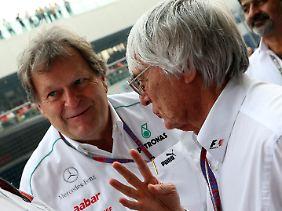 Mercedes-Sportchef Norbert Haug (l.) kann sich nicht so recht freuen, dass ihm seine Fahrer mit wenigen Punkten Geld sparen.