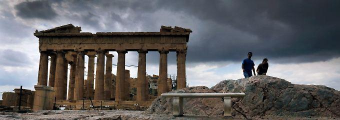 Dunkle Wolken über Athen.