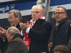Wohlüberlegt hat Uli Hoeneß auf die Kritik von Louis van Gaal reagiert.