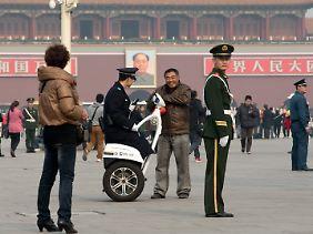 Polizeikontrolle auf dem Platz des Himmlischen Friedens in Peking.