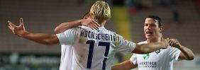 Jan Hochscheidt von Erzgebirge Aue freut sich mit seinen Mitkämpfern über sein Tor zum 1:1.