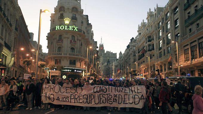 Hohe Arbeitslosigkeit und die Sparpolitik der Regierung treiben in Spanien die Menschen auf die Straße.