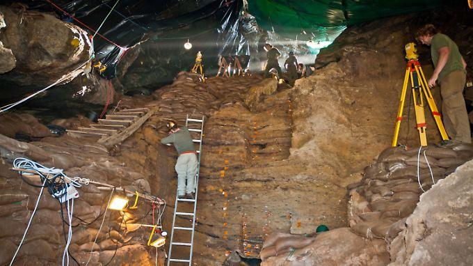 Forscher graben in den Pinnacle-Point-Höhlen an der südafrikanischen Küste steinzeitliche Werkzeuge aus.
