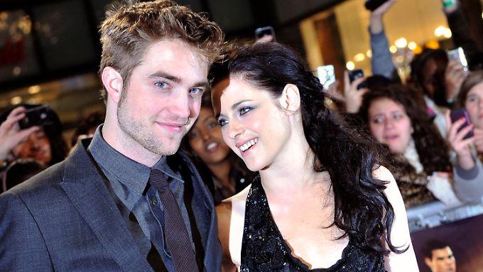 """Der britische Schauspieler Robert Pattinson und Hollywoodstar Kristen Stewart in London zur Premiere von Teil 2 des Films """"Twilight - Bis(s) zum Ende der Nacht""""."""