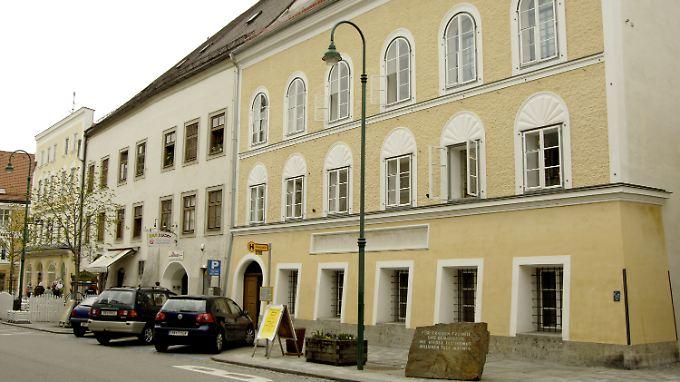 Blick auf das Geburtshaus von Adolf Hitler in Braunau am Inn. Das Haus steht leer.