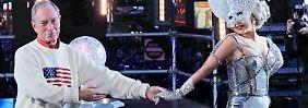 New Yorks Bürgermeister Michael Bloomberg und Musikstar Lady Gaga bei der Neujahrsfeier am 1. Januar 2012.