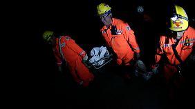 Rettungskräfte suchen in den Trümmern noch immer nach Überlebenden.
