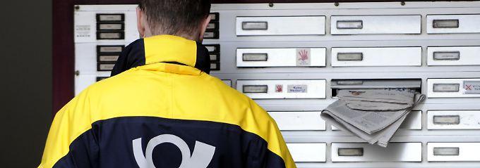 Motoren des Alltags: Mit dem Posthorn-Logo auf dem Rücken schwärmen jeden Morgen die Briefboten aus, um mit sicherem Blick Briefkästen zu leeren und Briefkästen zu füllen.