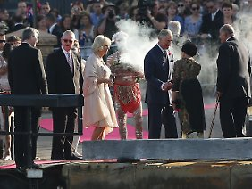 Bei ihrem Eintreffen zu der Feier wurden Charles und Camilla durch eine Rauch-Zeremonie von Aborigines begrüßt.