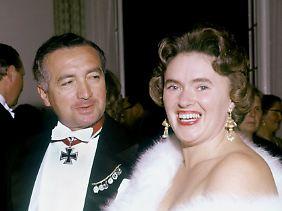 Ritterkreuzträger Erich Mende und seine Frau Margot (Archivbild vom 8. Mai 1958).