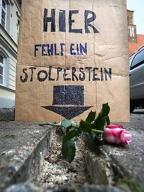 In Greifswald wurden alle im Stadtgebiet verlegten Stolpersteine aus dem Straßenpflaster gebrochen.