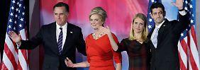 Erst nach eineinhalb Stunden wagte sich Romney vor seine Anhänger. Seine engsten Vertrauten waren von der überraschenden Niederlage trotzdem noch sichtlich mitgenommen.