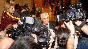 Der Anführer der syrischen Dissidenten Riad Seif spricht mit den Vertretern der Presse.