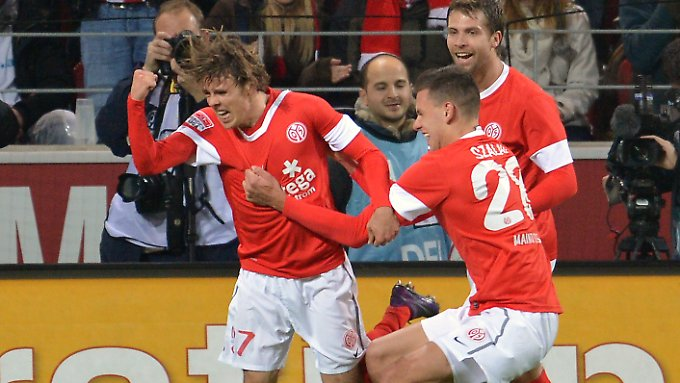 Der Mainzer Nicolai Müller (l.) jubelt nach seinem Treffer zum 1:0.