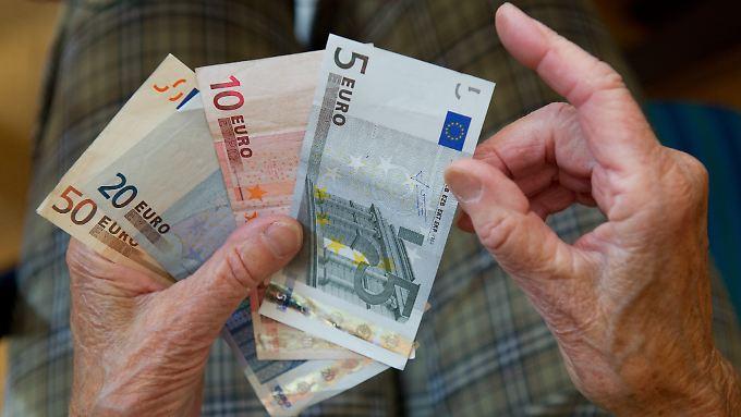 Die Betroffenen bekommen nach 40 Jahren Arbeit lediglich zehn bis 15 Euro mehr als die Sozialhilfe.