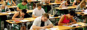 """Studenten bei einer Klausur: Die meisten von ihnen werden ihr Studium mit """"gut"""" oder """"sehr gut"""" abschließen. Wie aussagekräftig sind die Noten?"""