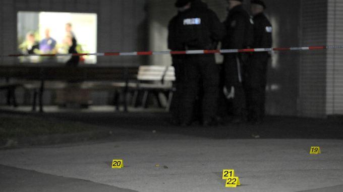 Spurensicherung am Tatort: Die Polizei sucht noch immer nach den Hintergründen des Verbrechens.