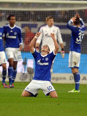 Lewis Holtby bejubelt das Comeback seiner Schalker gegen Bremen.