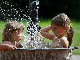 Draußen und im Sommer gelten wohl andere Regeln. Aber in der heimischen Badewanne muss das Wasser mindestens 41 Grad warm sein.