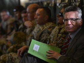 Für den zweiten Teil der Reise stieg der Minister in eine Militärmaschine um.