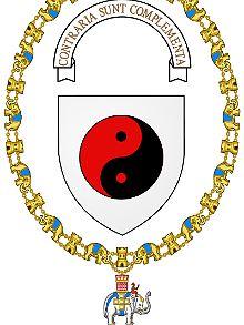 """Bohr erhielt den höchsten dänischen Orden: den Elefanten-Orden. Sein philosophischer Grundsatz (""""Gegensätze sind Ergänzungen"""") ist darauf festgehalten."""