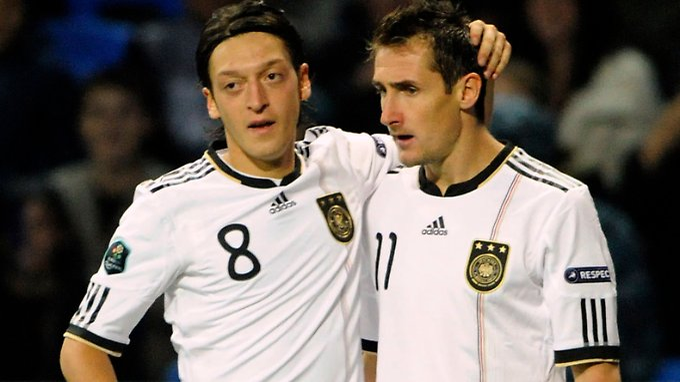 Am Wochenende noch fit, nun sagen sie ab: Mesut Özil und Miroslav Klose.
