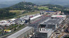 Die Baustelle am Nürburg. Im Hintergrund die Nürburg.
