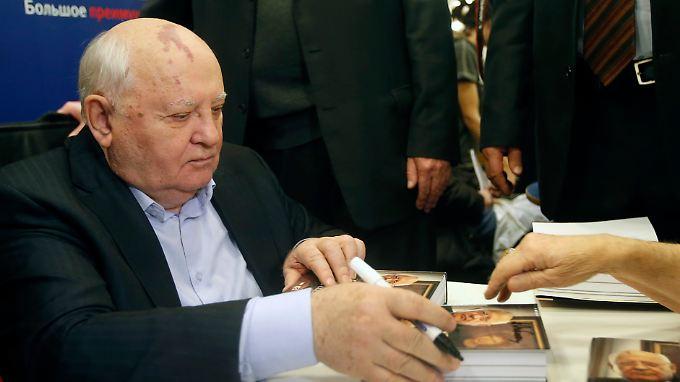 Michail Gorbatschow signiert Bücher in Moskau.